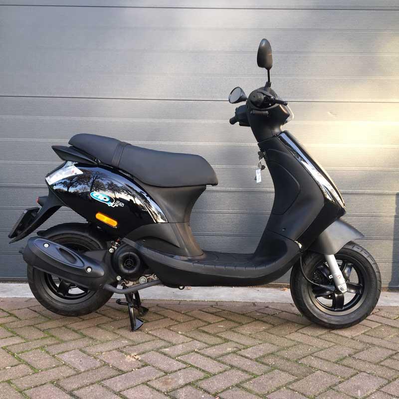 Piaggio-Zip-Snorscooter-Zijkant-Rechts